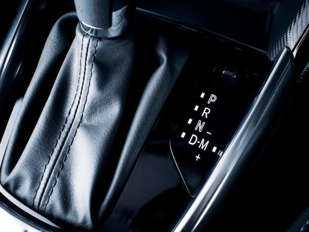 Schaltstellungssymbol mit handschaltung auf automatikgetriebe in einem luxusauto. Premium Fotos