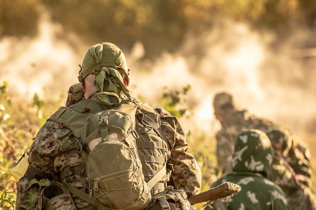 Scharfschützen-team, bewaffnet mit großkalibrigem scharfschützengewehr, schießt aus dem schutz auf feindliche ziele und sitzt im hinterhalt Premium Fotos