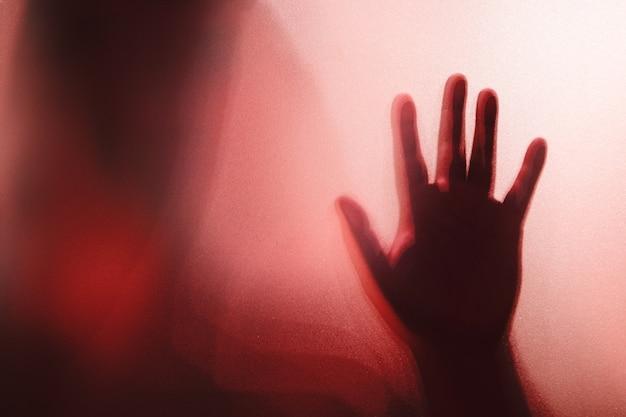 Schatten der geisterhand hinter milchglas Premium Fotos