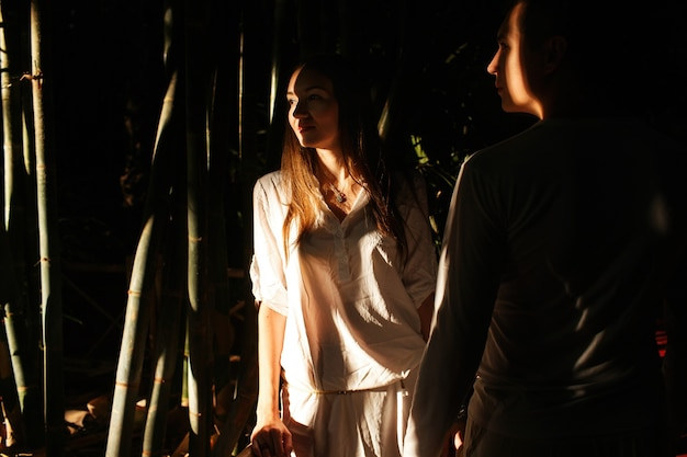 Schatten verbergen schönes paar, das in einen afrikanischen botanischen garten geht Premium Fotos