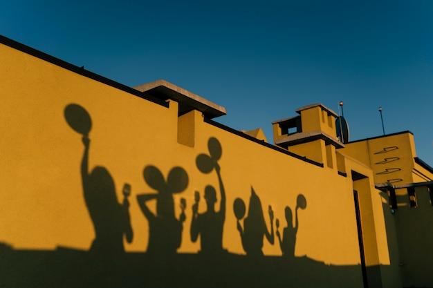 Schatten von menschen, die auf dem dach feiern Kostenlose Fotos