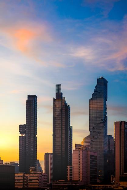Schattenbild-bangkok-stadtbild-skyline im sonnenaufgang Premium Fotos