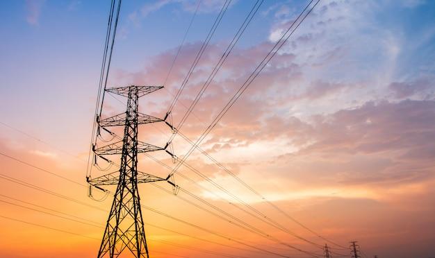 Schattenbild der elektrischen hochspannungspfostenstruktur Premium Fotos