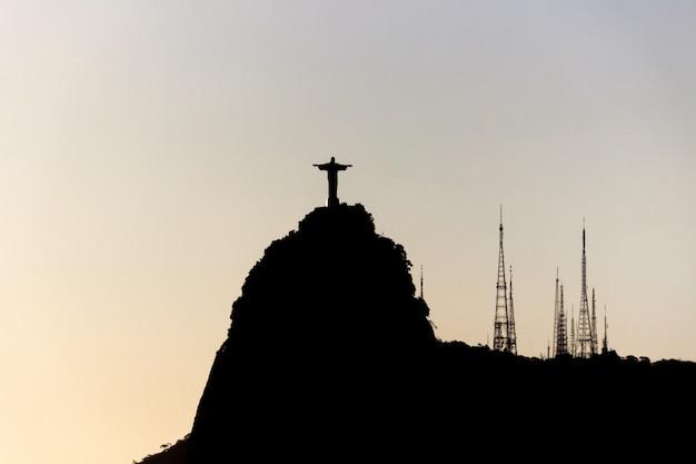 Schattenbild der statue von christus der erlöser in rio de janeiro, brasilien Premium Fotos