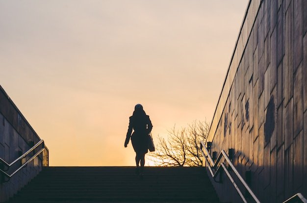 Schattenbild einer frau, die von einer unterführung auftaucht. stadt leben Premium Fotos