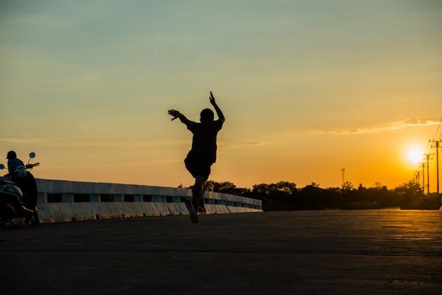 Schattenbild eines jungen eignungsmannes, der auf sonnenaufgang läuft Kostenlose Fotos