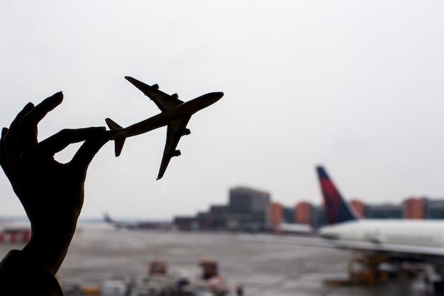 Schattenbild eines kleinen flugzeugmodells auf flughafen Premium Fotos
