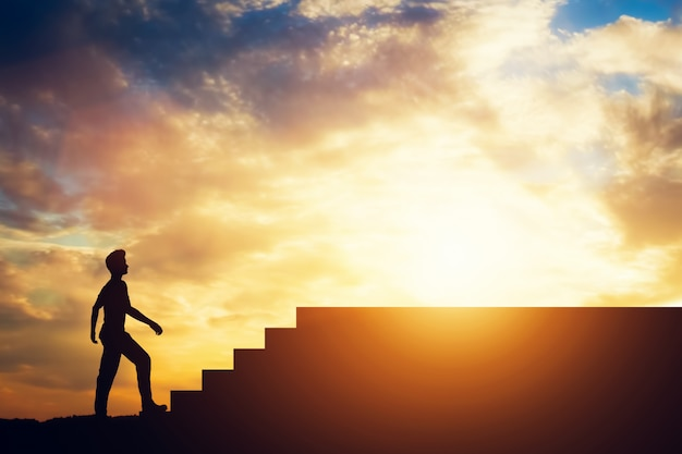 Schattenbild eines mannes, der vor treppen steht. Premium Fotos