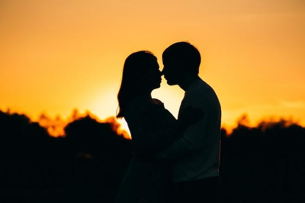 Schattenbild eines paares in der liebe, die zusammen umarmt Premium Fotos