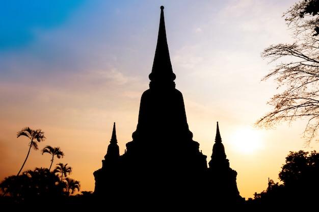 Schattenbild von wat yai chai mong khol temple des ayuthaya-provinzsonnenuntergangs (historischer park ayutthaya) bei thailand Premium Fotos