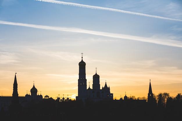 Schattenbildansicht moskaus, russland, der kreml bei sonnenuntergang Premium Fotos