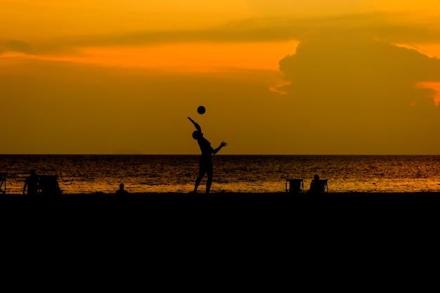 Schattenbildleute spielen strandvolleyball. Premium Fotos