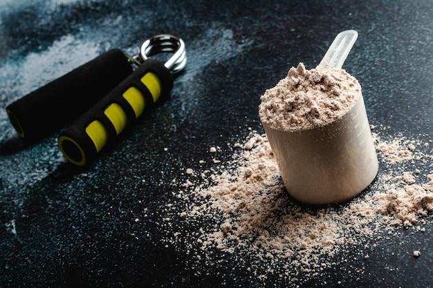 Schaufel molkeprotein in. sporternährung. Premium Fotos