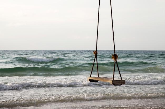 Schaukel an einem tropischen strand Premium Fotos