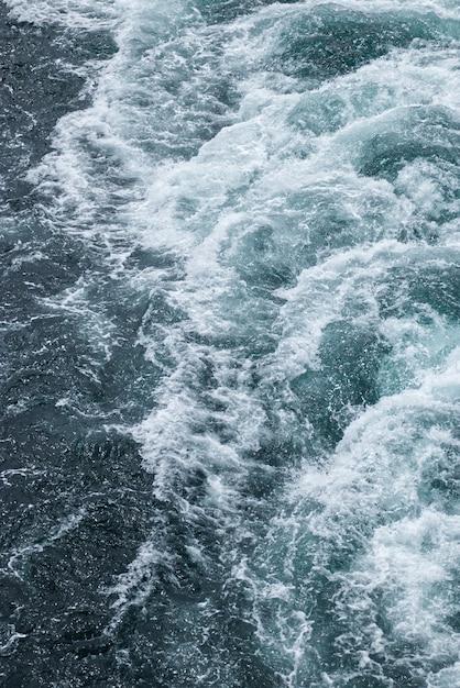 Schaumige wellen auf der wasseroberfläche hinter dem kreuzfahrtschiff Kostenlose Fotos