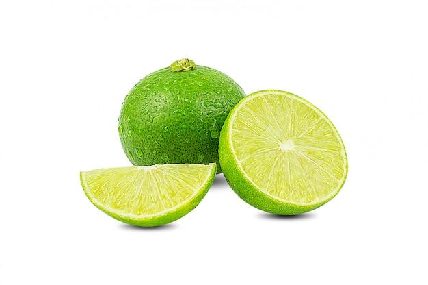 Scheibe der grünen limette zitrusfrucht stehen isoliert auf weiß Premium Fotos