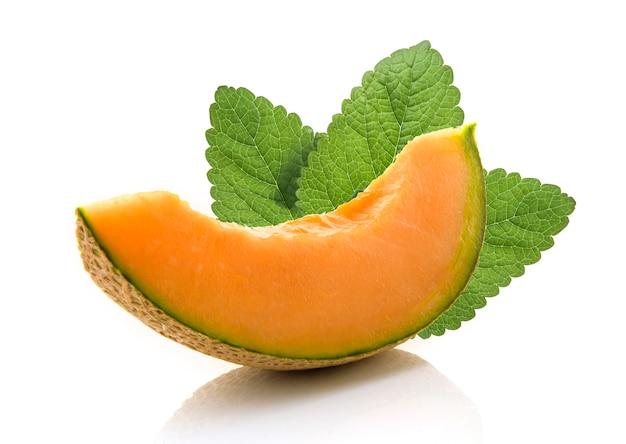 Scheibe der japanischen melonen, der orange melone oder der kantalupenmelone mit den samen lokalisiert auf weißem hintergrund Premium Fotos