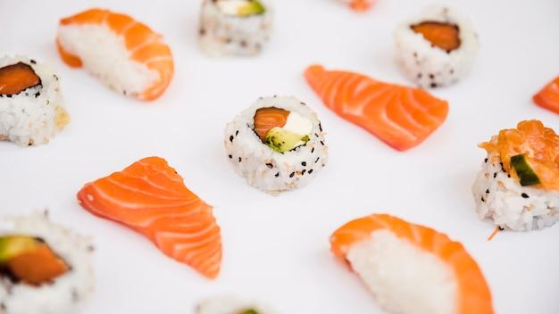 Scheibe der lachse und der sushi lokalisiert auf weißem hintergrund Kostenlose Fotos