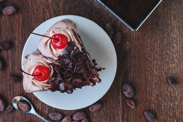 Scheibe des schokoladenkäsekuchens auf platte, über ansicht über einen rustikalen hölzernen hintergrund Premium Fotos