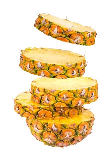 Scheiben der ananas getrennt auf weiß Premium Fotos