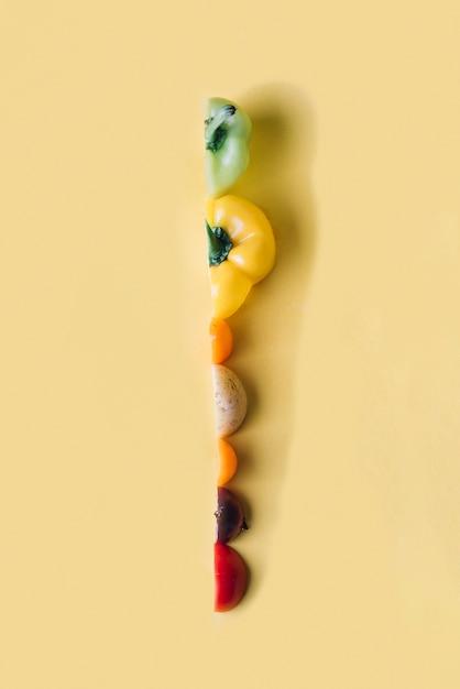 Scheiben des bunten gemüses auf gelbem hintergrund Kostenlose Fotos