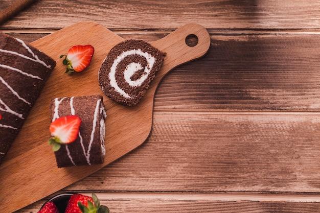 Scheiben des schokoladennachtischs auf schneidebrett Kostenlose Fotos