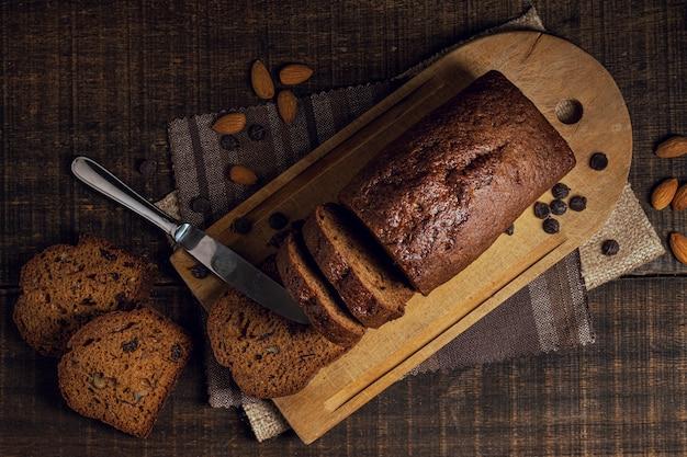 Scheiben des vollständigen gebackenen kuchens und des messers Kostenlose Fotos