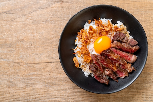 Scheiben rindfleisch auf reisschale mit ei Premium Fotos