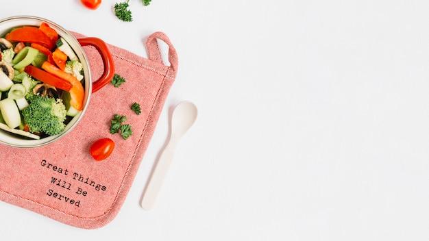 Scheiben vom gemüse, wenn topf auf placemat mit text gekocht wird Kostenlose Fotos
