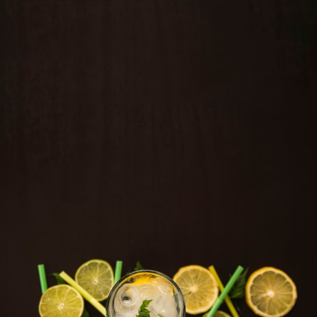Scheiben von früchten in der nähe von glas mit eis Kostenlose Fotos