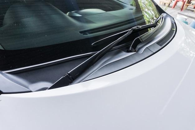 Scheibenwischer eines autos Premium Fotos