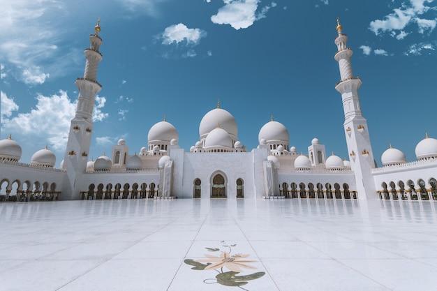 Scheich zayed moschee in abu dhabi (uae) mit blauem himmel und wolken Premium Fotos