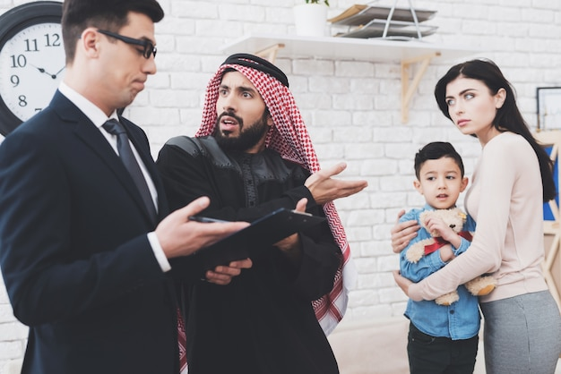 Scheidungsanwalt im büro mit arabischem ehemann und frau. Premium Fotos