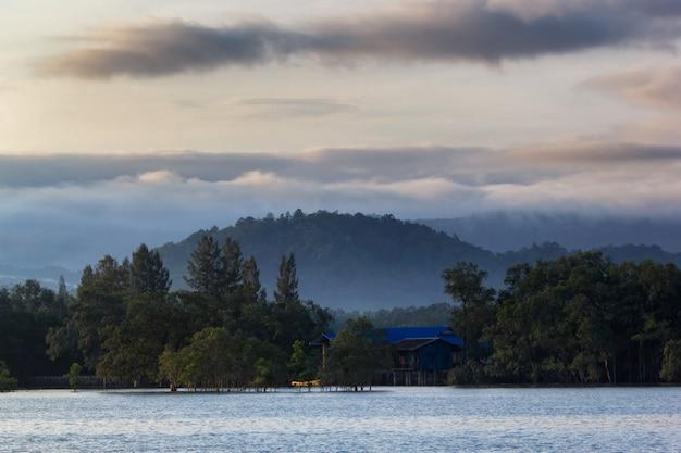 Schicht berge im nebel zur sonnenaufgangzeit, ranong-provinz, thailand Premium Fotos