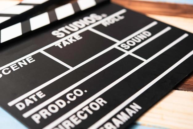 Schiefer für geschnittenen film auf holzboden gelegt. Premium Fotos