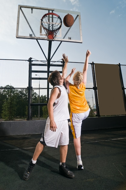 Schießen den basketball Kostenlose Fotos