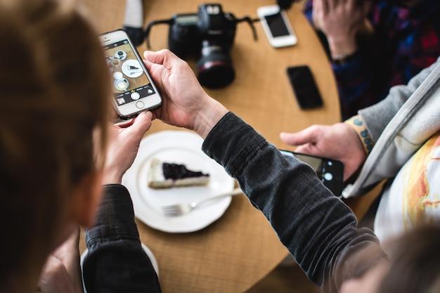 Schießen käsekuchen mit telefon Kostenlose Fotos