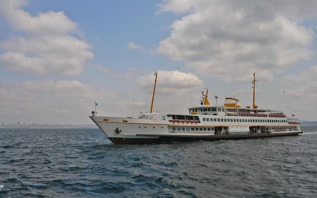 Schiff auf offener see in der zeit der schifffahrt Premium Fotos