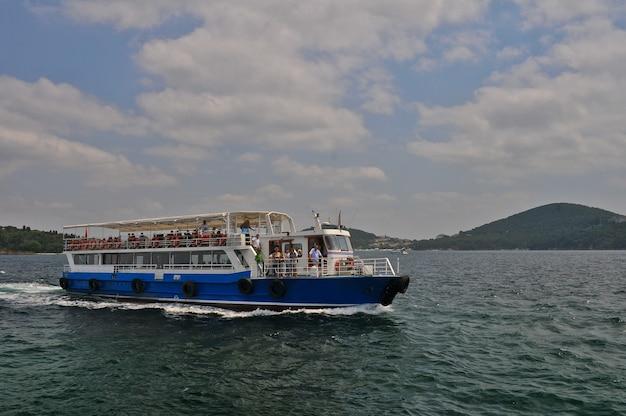 Schiff auf offener see mit passagieren in der zeit der schifffahrt Premium Fotos