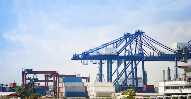 Schifffahrtskran und containerschiff im exportautoimport und im wassertransport der logistikindustrie Premium Fotos