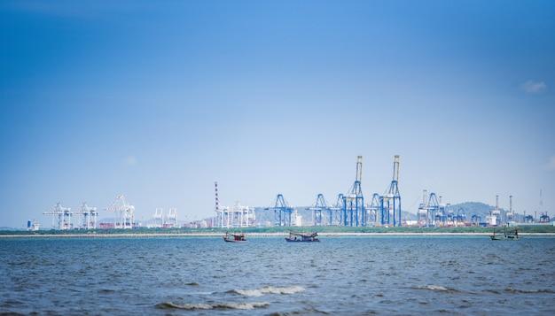 Schiffsfrachtkran und containerschiff im export- und importgeschäft und logistik im hafen Premium Fotos