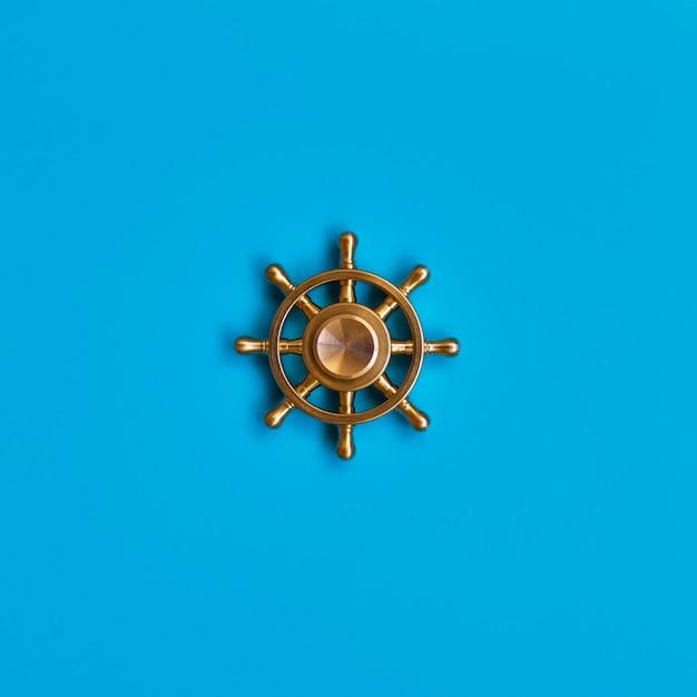 Schiffsrad auf blau. symbol für management und führung. Premium Fotos