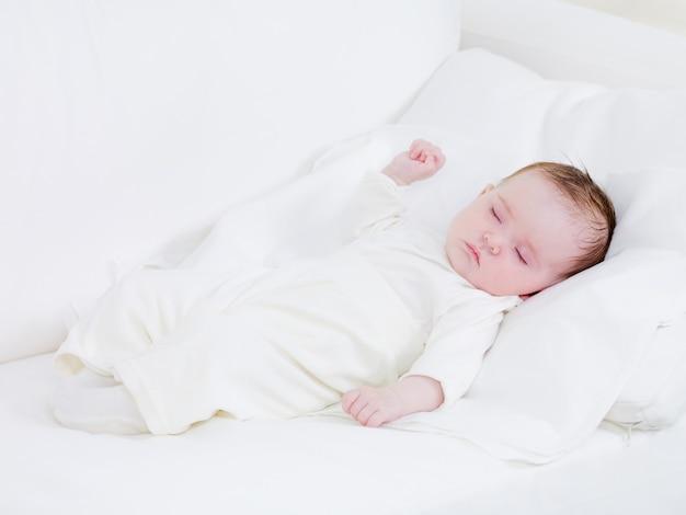 Schlafendes neugeborenes Kostenlose Fotos