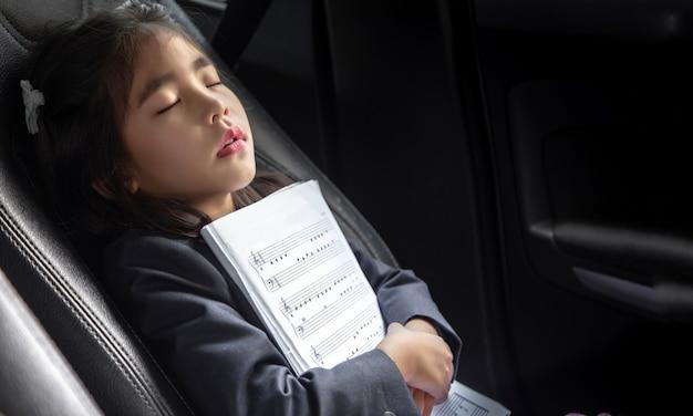 Schlafkind mit musikanmerkung über sitzauto als liebesmusik Premium Fotos