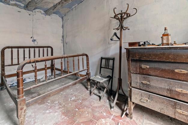 Schlafzimmer in einem verlassenen haus Premium Fotos