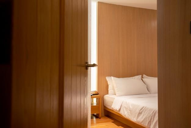 Schlafzimmertür im hotel geöffnet Premium Fotos