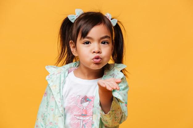 Schlagküsse des kindes des kleinen mädchens. Kostenlose Fotos