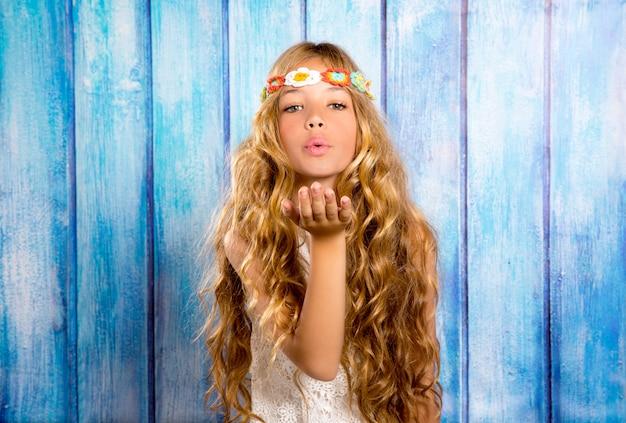 Schlagmund des blonden hippiekindermädchens mit der hand Premium Fotos