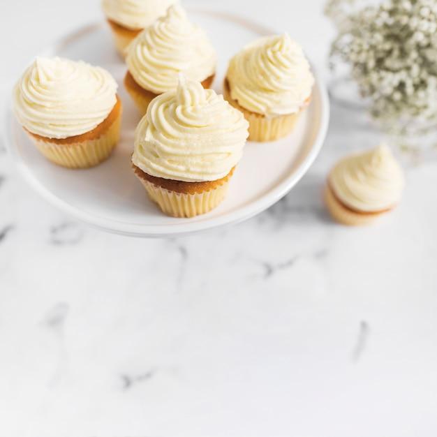 Schlagsahne-muffins auf tortenständer Kostenlose Fotos