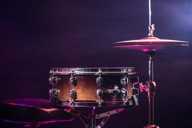 Schlagzeug und schlagzeug. schöner blauer und roter hintergrund mit lichtstrahlen Kostenlose Fotos